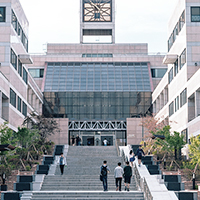 대학 본관 앞 계단 이미지