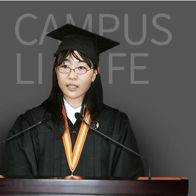 졸업사를 낭독하는 졸업생 대표 이미지