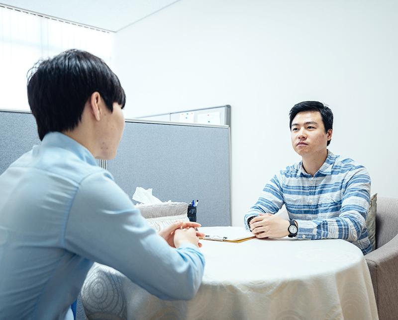 상담센터에서 학생과 상담사가 상담하는 이미지