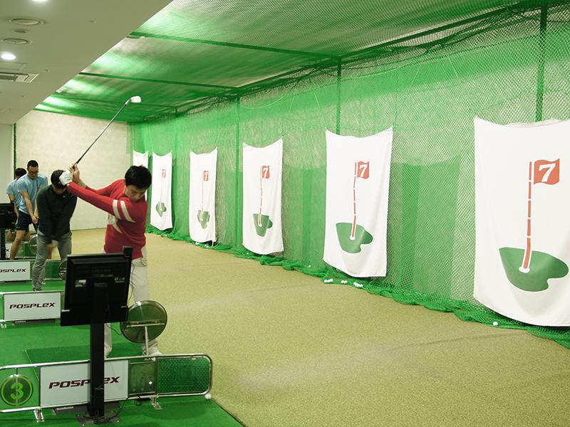 골프연습장에서 골프연습을 하는 학생들 이미지