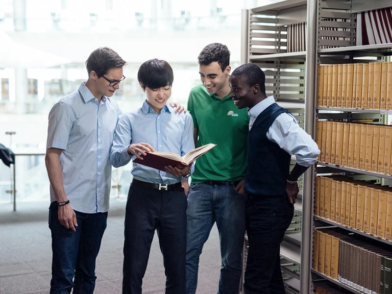도서관에서 여러명의 학생들이 책을 보고 있는 이미지