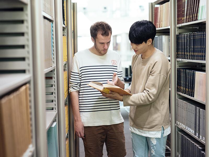 도서관에서 학생들이 책을 보고 있는 이미지