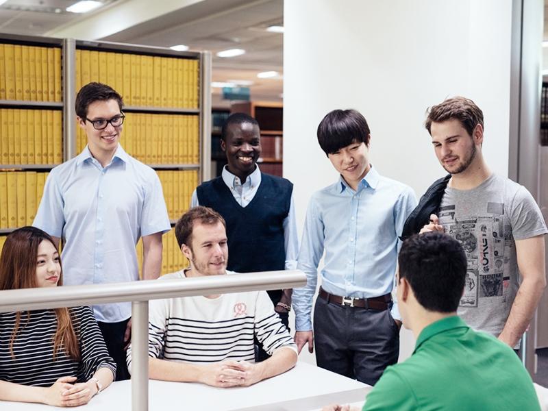 여러명의 학생들이 도서관에서 대화를 나누고 있는 이미지
