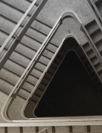 포스텍 도서관 계단을 위에서 본 이미지