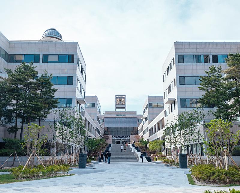 학생회관이 있는 본관 건물 정면 전경 이미지