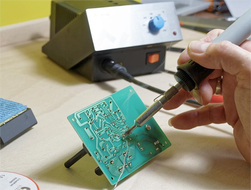 정보전자융합공학부 회로기판 납땜 이미지