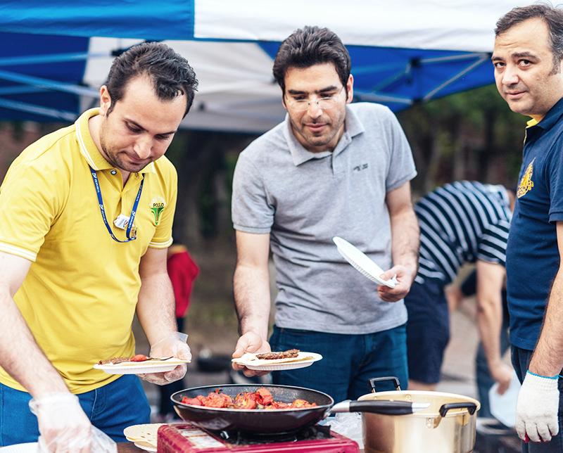 POSTECH 소속 연구원들이 봉사에 필요한 음식을 준비하는 이미지
