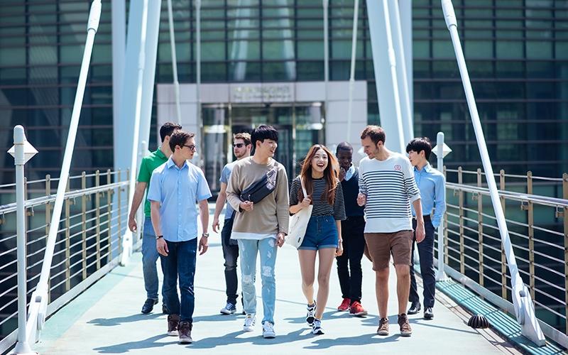 POSTECH의 교육 시스템을 따라 SES(Summer Experience in Society), Summer Session, UGRP(Undergraduate Research Program)와 여름방학 기간동안 다양한 프로그램 관련 학생들 이미지
