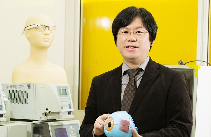 연구실에서 스마트 헬스케어 렌즈에 대해 설명하는 신소재 한세광 교수 이미지