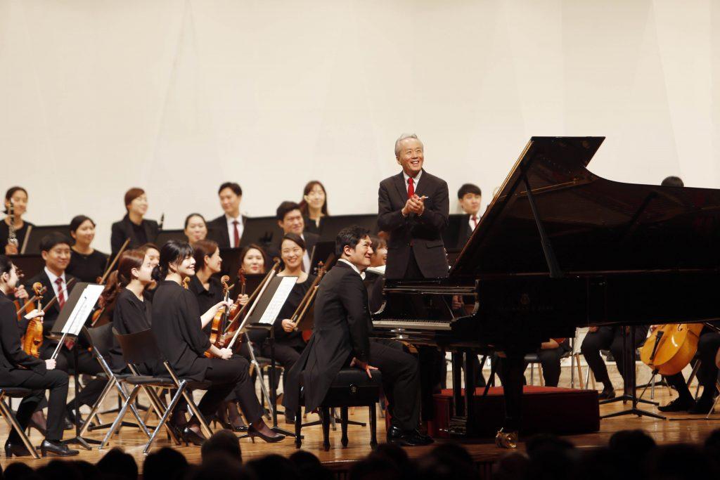 금난새와 뉴월드 필하모닉 오케스트라의 United Symphonies와 피아니스트 유영욱 오케스트라와 협연 장면 이미지