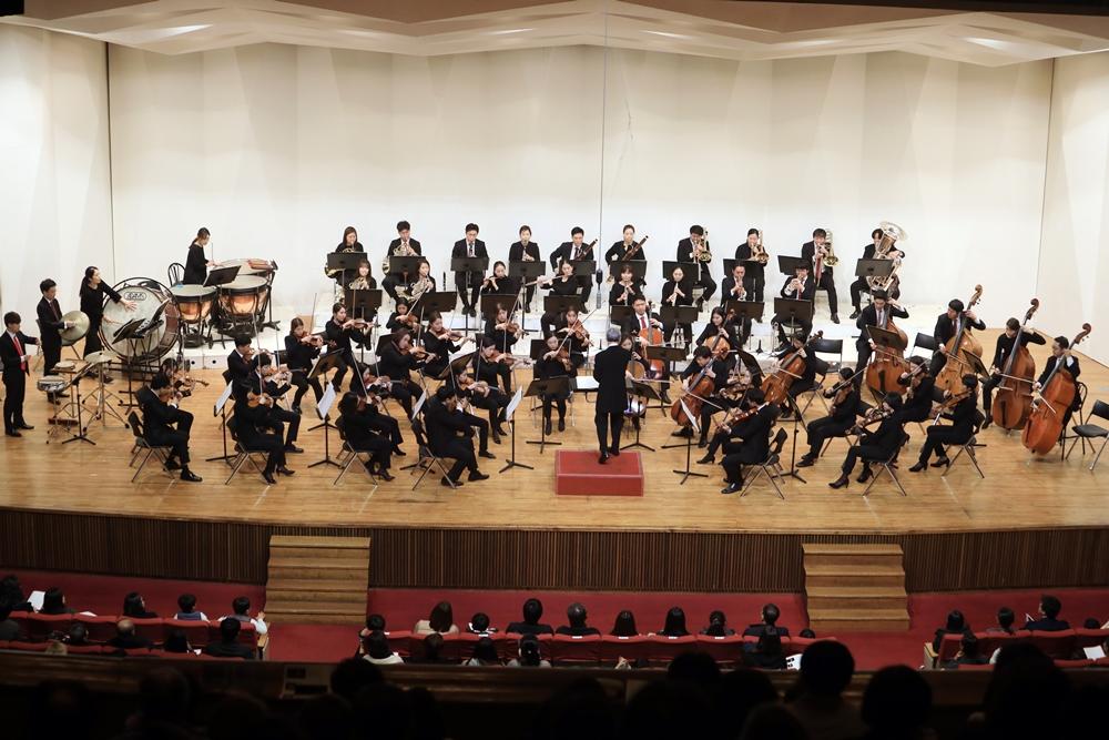 금난새와 함께 클래식 공연 오케스트라 연주 모습