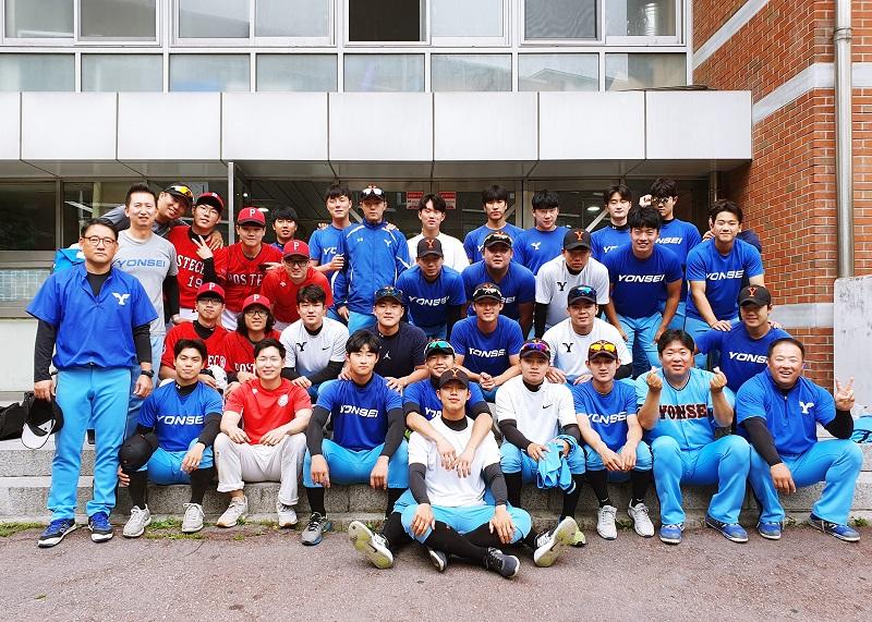 연세대 야구단과 POSTEC 야구단이 함께 기념촬영을 하고있다.