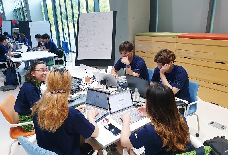 제7회 게임잼에 참여한 한국, 네덜란드, 중국 학생들이 경연하는 모습을 나타내는 이미지 입니다.